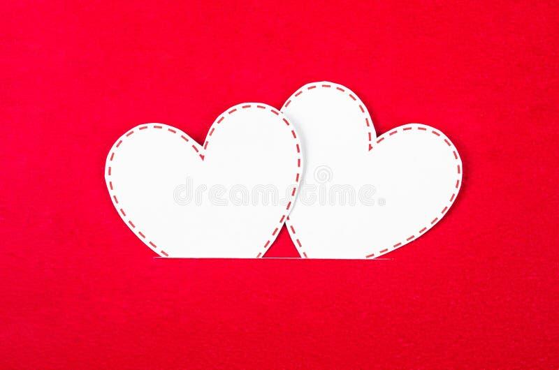 Papel branco do cora??o no vermelho fotos de stock royalty free