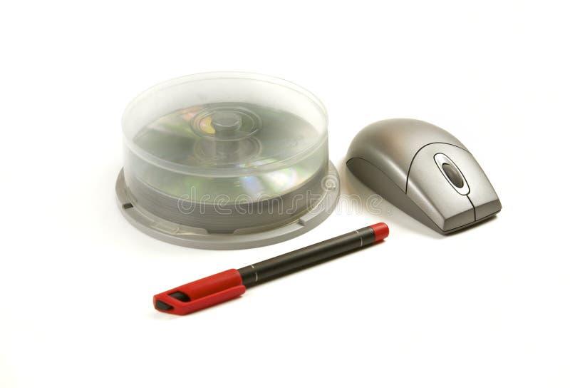 Papel, CD, pluma y ratón fotografía de archivo libre de regalías