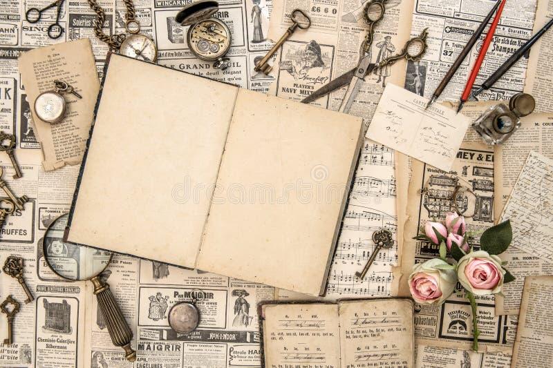 Papel collectible antigo da notícia dos cartão dos livros dos bens imagens de stock