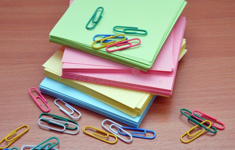 Papel coloreado para los clips de papel de notas para el negocio de los documentos foto de archivo libre de regalías