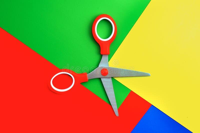 Papel colorido con las tijeras del niño fotografía de archivo libre de regalías