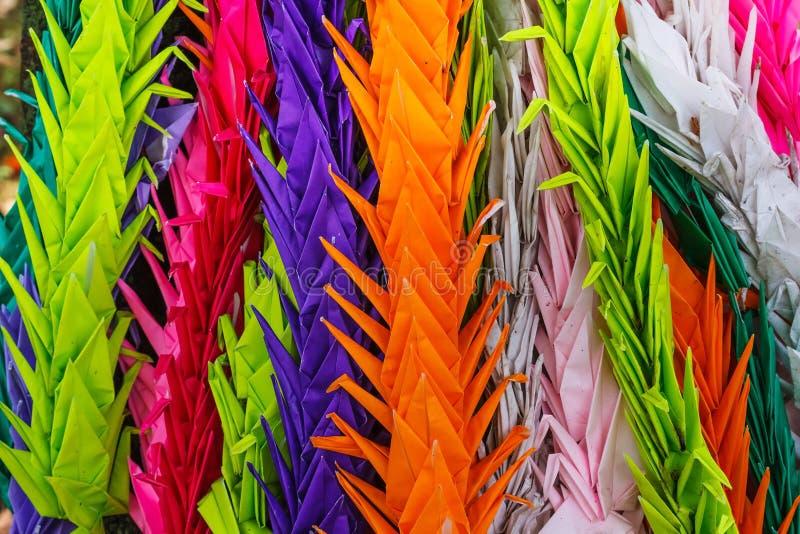 Papel colorido guindastes dobrados em imagens de stock