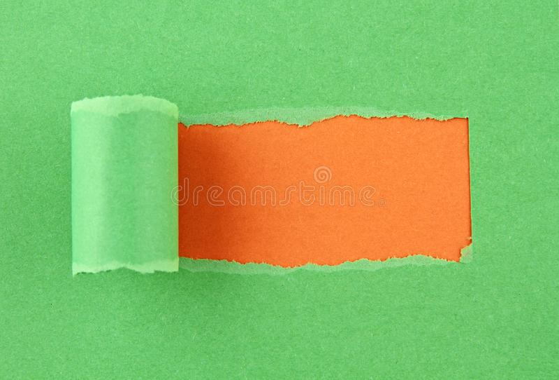 Papel colorido rasgado, furo na folha de papel fotos de stock