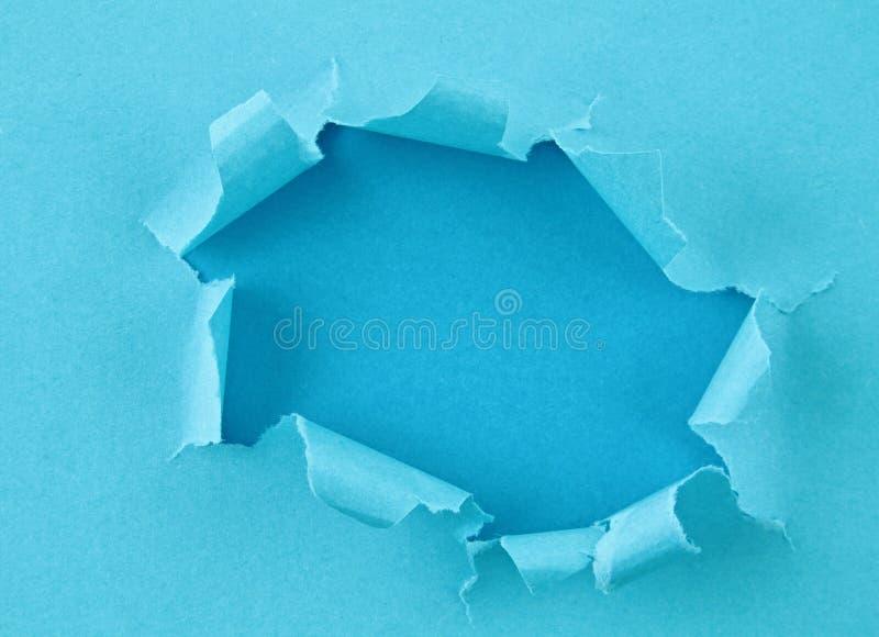Papel colorido rasgado, furo na folha de papel foto de stock