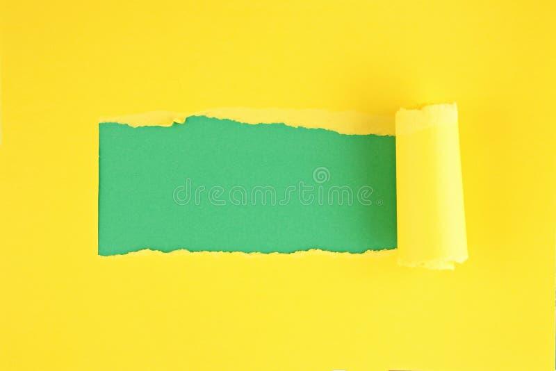 Papel colorido rasgado, furo na folha de papel imagem de stock