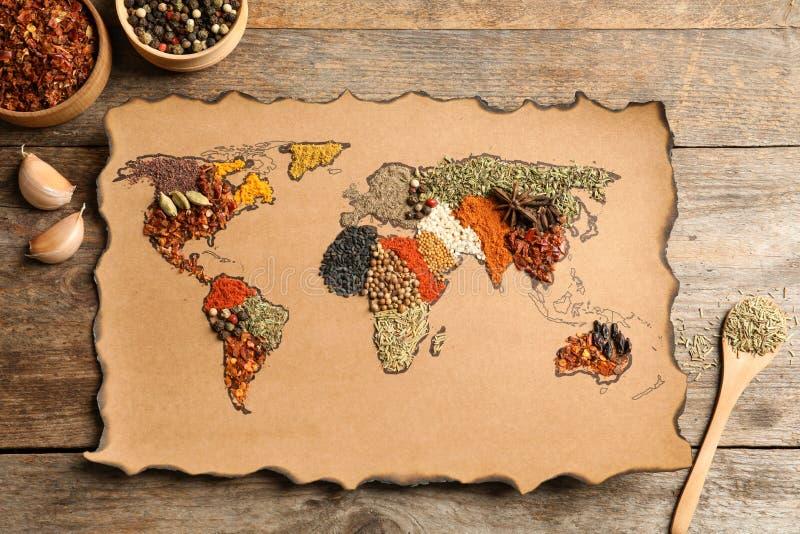 Papel con el mapa del mundo hecho de diversas especias aromáticas fotografía de archivo libre de regalías