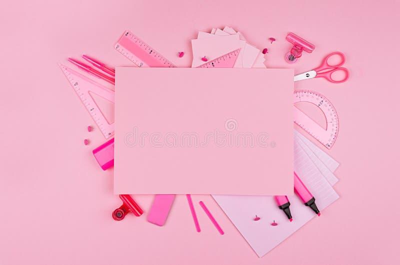Papel con membrete de diverso material de oficina y del papel en blanco para el texto en el fondo rosado del color, visión superi imagenes de archivo