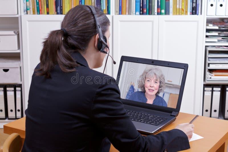 Papel da pena do portátil dos auriculares das mulheres fotos de stock
