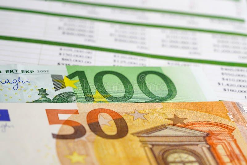 Papel da tabela da planilha com cédulas do Euro imagem de stock royalty free