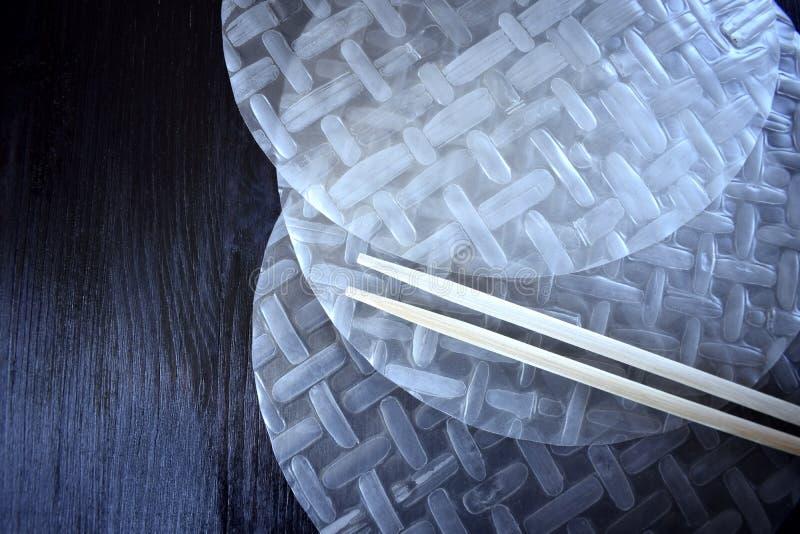 Papel de arroz vietnamiano para as varas do rolo de mola e as de bambu fotografia de stock