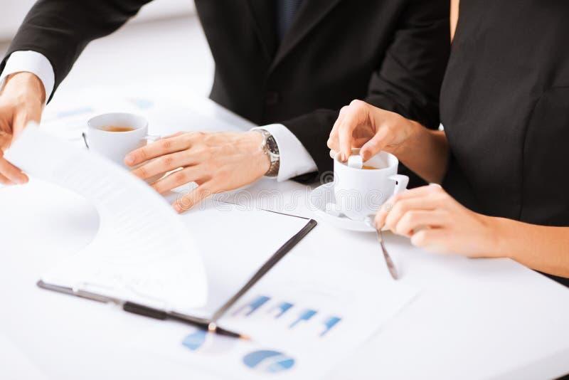 Papel de assinatura do contrato da mão da mulher fotos de stock royalty free