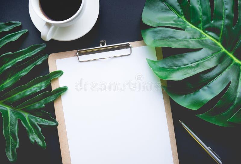 Papel de carta en blanco con las hojas tropicales y los accesorios que ponen en la tabla imagen de archivo