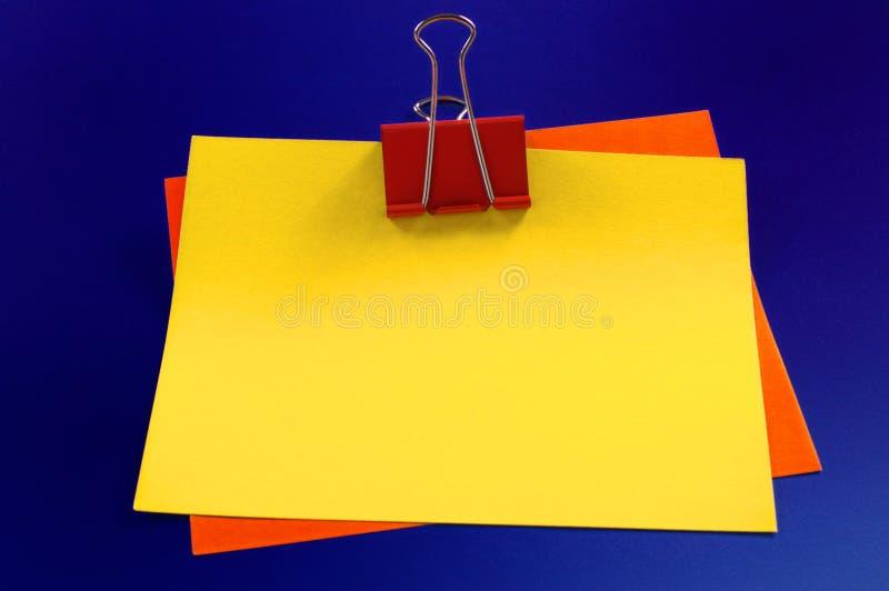 Papel de carta y paperclips foto de archivo