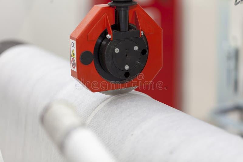 Papel de papel do corte de máquina do rolo foto de stock