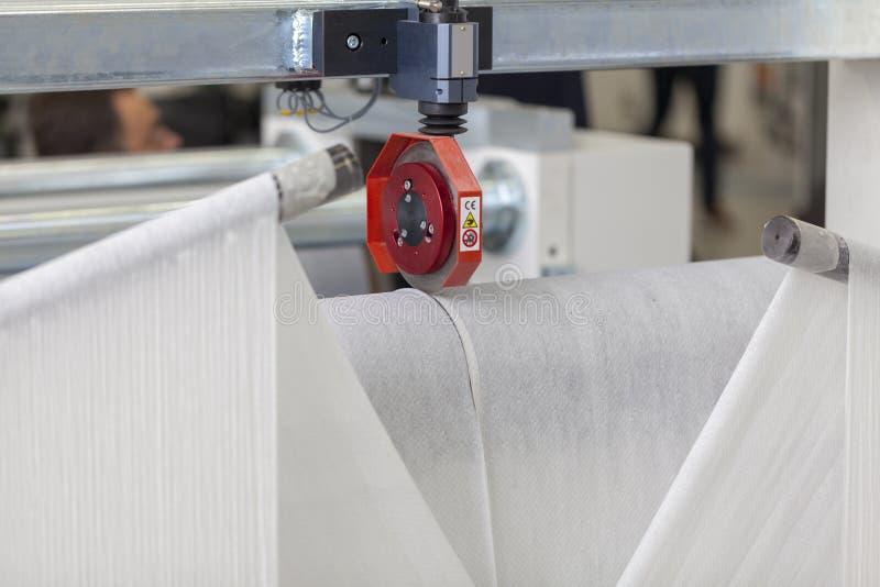 Papel de papel do corte de máquina do rolo imagens de stock