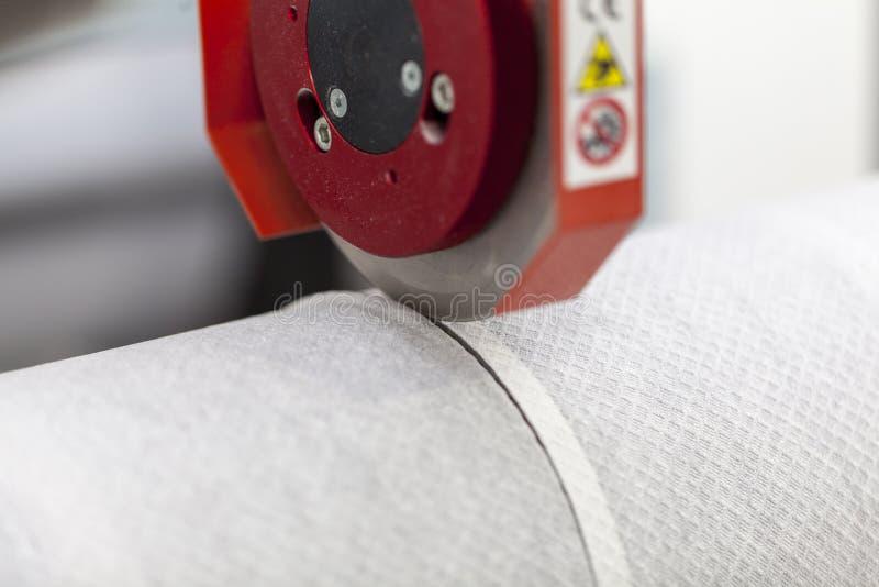 Papel de papel do corte de máquina do rolo fotos de stock