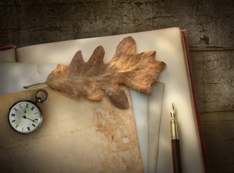 Papel de escribir de la vendimia con la pluma en la madera fotos de archivo