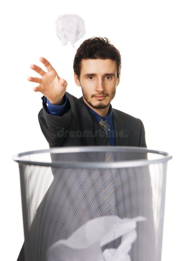 Papel de jogo do homem de negócios novo no balde do lixo foto de stock