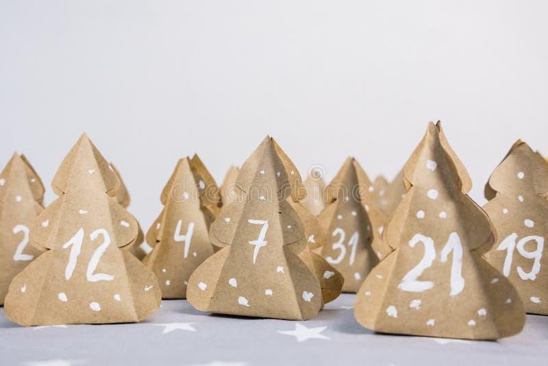 Papel de Kraft hecho a mano de los árboles de navidad del calendario del advenimiento de la Navidad con números imagen de archivo