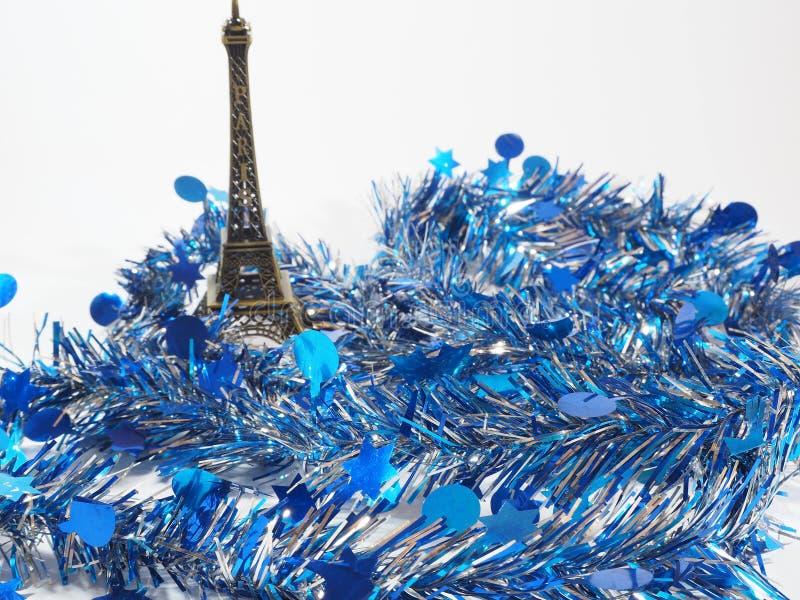 Papel de la flámula y torre Eiffel coloridos del modelo imagenes de archivo