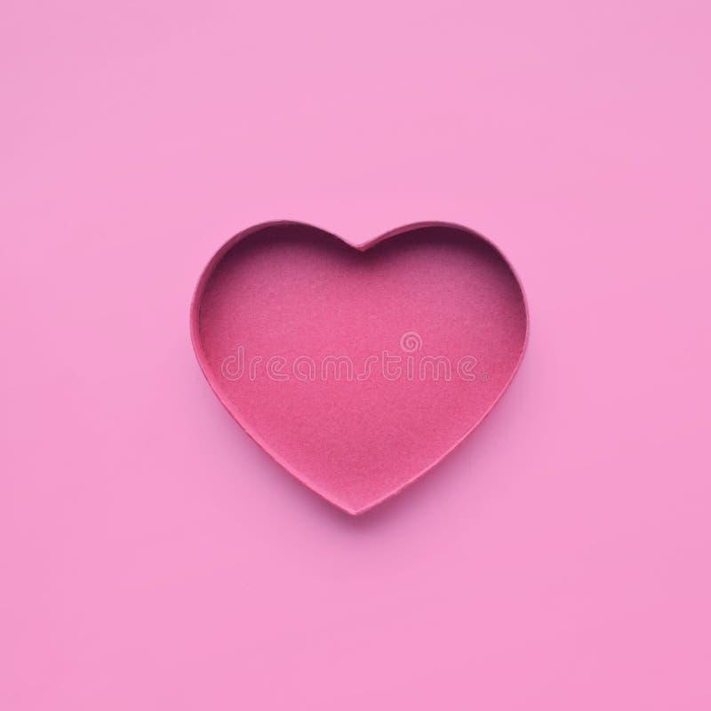 Papel de la forma del corazón en color rosado amor, tarjeta del día de San Valentín, casandose conceptos imagenes de archivo