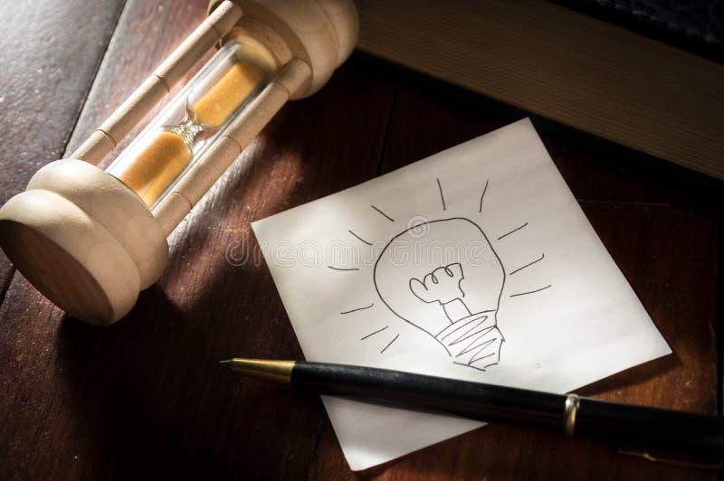 Papel de la idea con la pluma y el reloj de arena fotografía de archivo libre de regalías