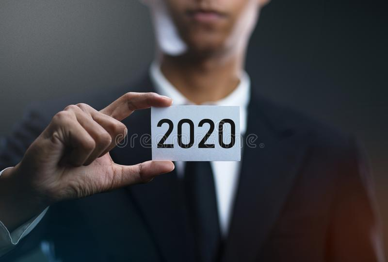 Papel de la tarjeta de Holding 2020 del hombre de negocios foto de archivo