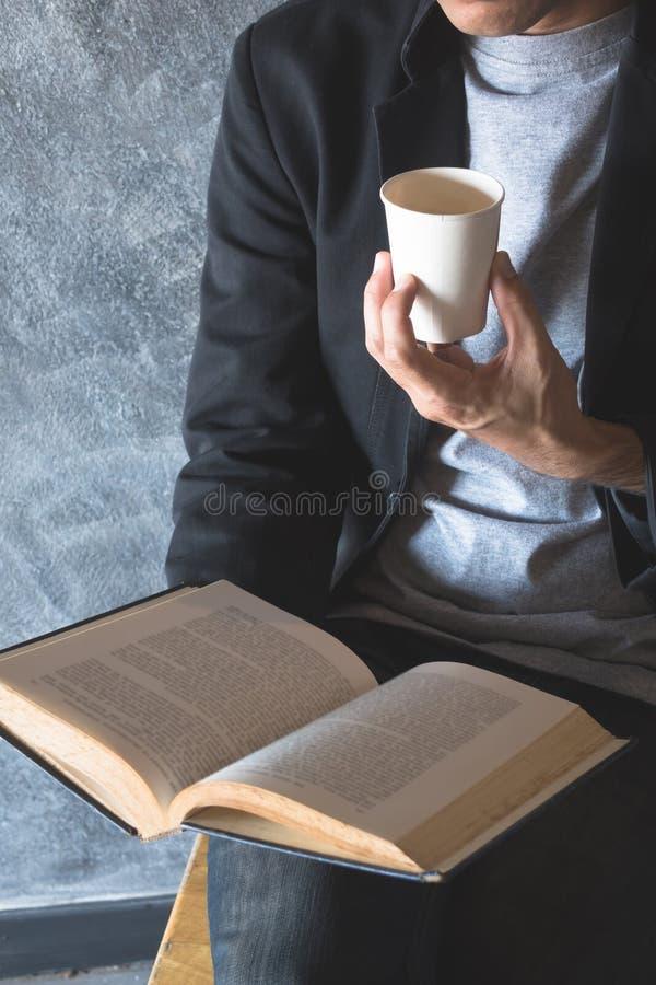 Papel de la taza del café, leyendo silenciosamente fotografía de archivo