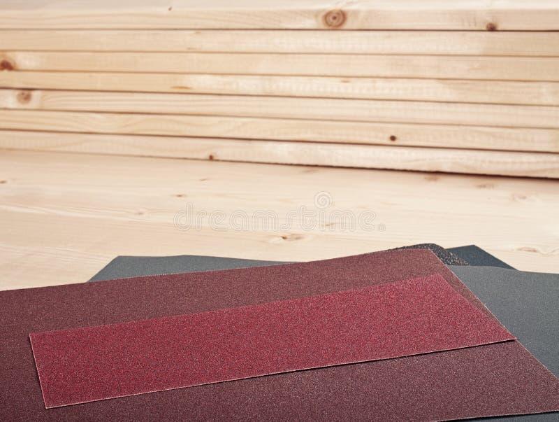 Papel de lija en tablones de madera imagen de archivo libre de regalías