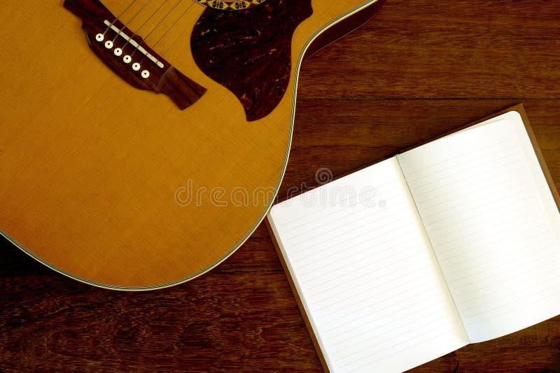 Papel de nota com guitarra acústica fotografia de stock