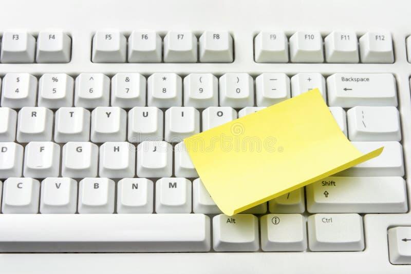 Papel de nota do teclado e do adesivo de computador fotos de stock royalty free