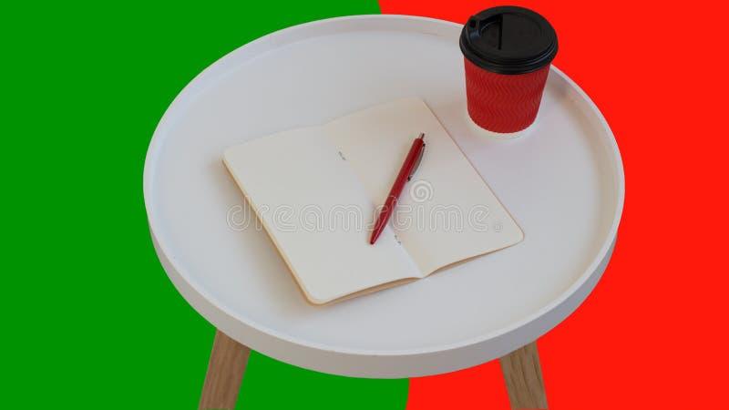 Papel de nota vazio vazio aberto com pena vermelha, x?cara de caf? vermelha do cart?o a ir na tabela de madeira do jornal redondo fotografia de stock royalty free