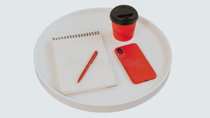 Papel de nota vazio vazio aberto com pena vermelha, a xícara de café vermelha e o telefone na tabela de madeira do jornal redondo ilustração do vetor