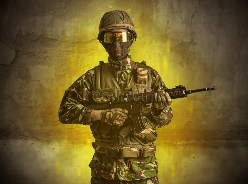 Papel de parede arruinado com soldado do perigo fotos de stock royalty free
