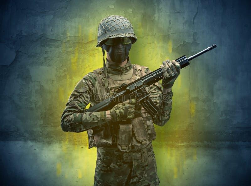 Papel de parede arruinado com soldado do perigo foto de stock