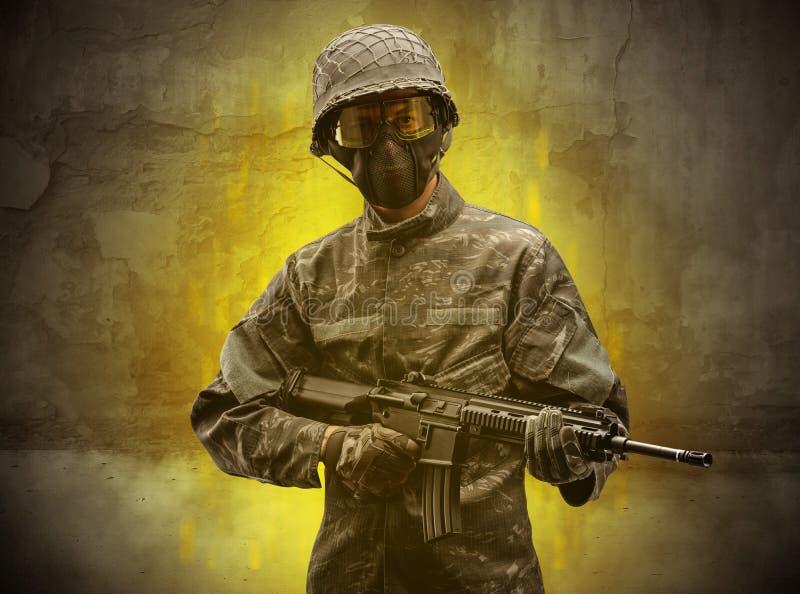 Papel de parede arruinado com soldado do perigo fotos de stock