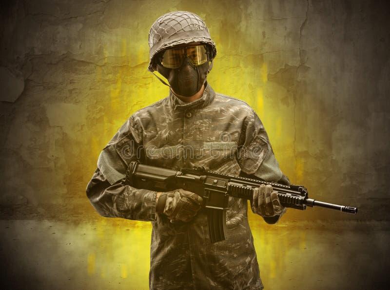Papel de parede arruinado com soldado do perigo fotografia de stock