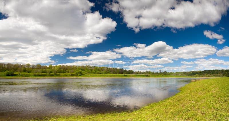 Papel de parede bonito da paisagem da mola com águas da inundação do Rio Volga imagem de stock