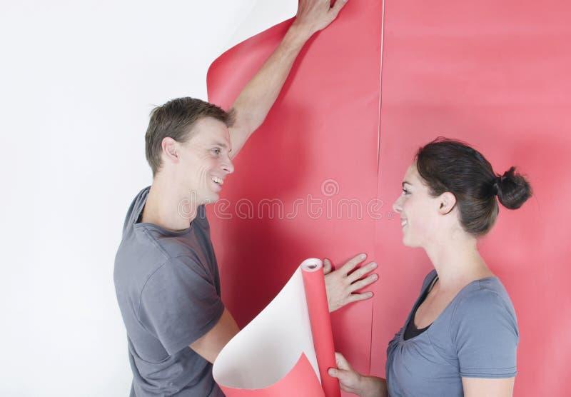 Papel de parede de suspensão do homem e da mulher foto de stock royalty free