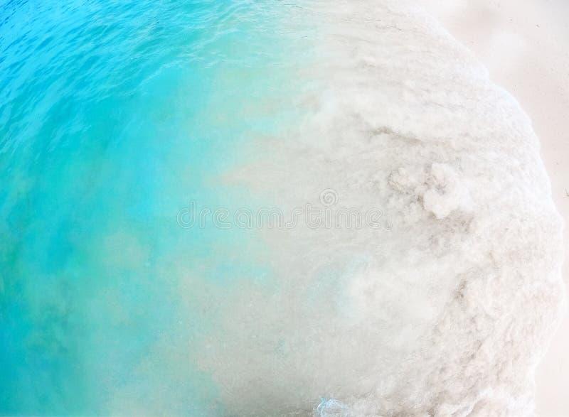 Papel de parede do fundo com as ondas na praia do verão da areia foto de stock