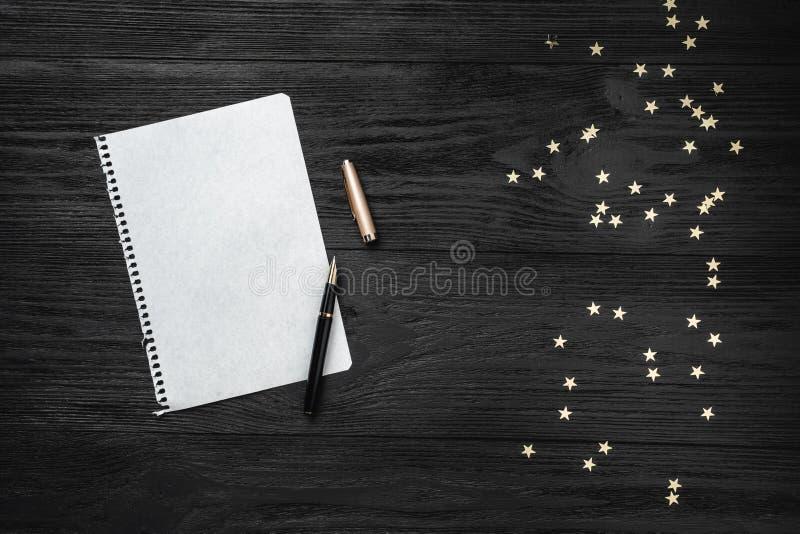 Papel de parede de feriados de inverno no fundo preto Letra para Papai Noel Espaço para o texto Vista superior imagens de stock