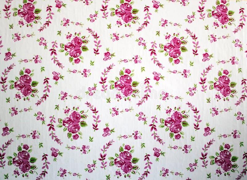 Papel de parede gasto cor-de-rosa e vermelho antigo do teste padrão da repetição da rosa do chique fotos de stock royalty free