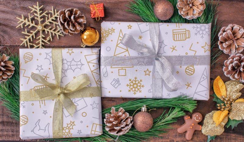 Papel de regalo de la Navidad, papel del regalo, cajas de regalo, abetos, con los conos y las decoraciones en un fondo de madera imágenes de archivo libres de regalías