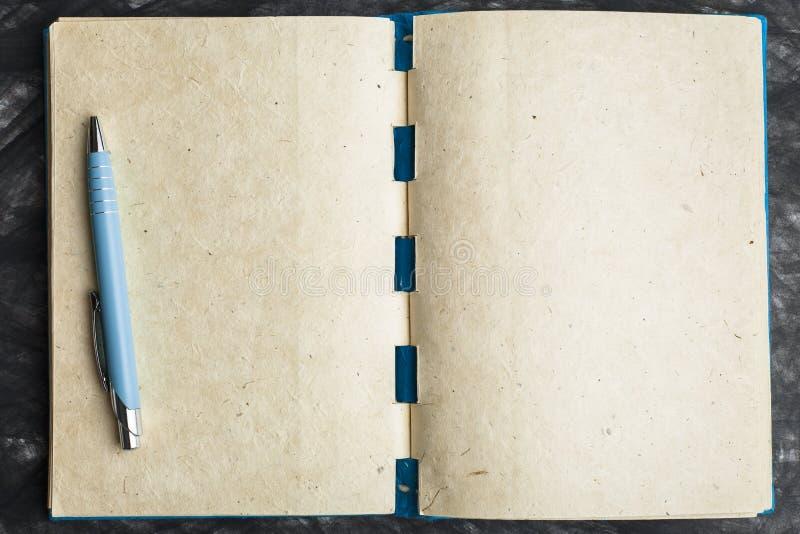 Papel del cuaderno con la textura, y pluma fotos de archivo