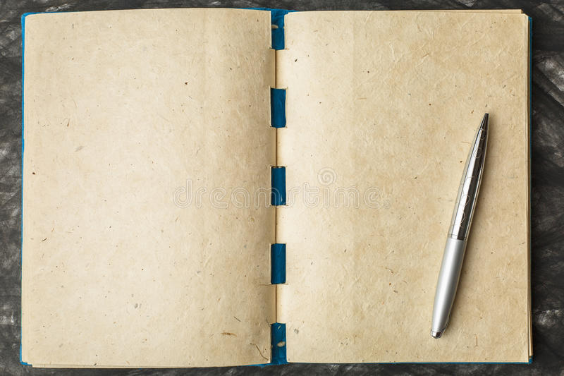 Papel del cuaderno con la textura, y pluma imagenes de archivo
