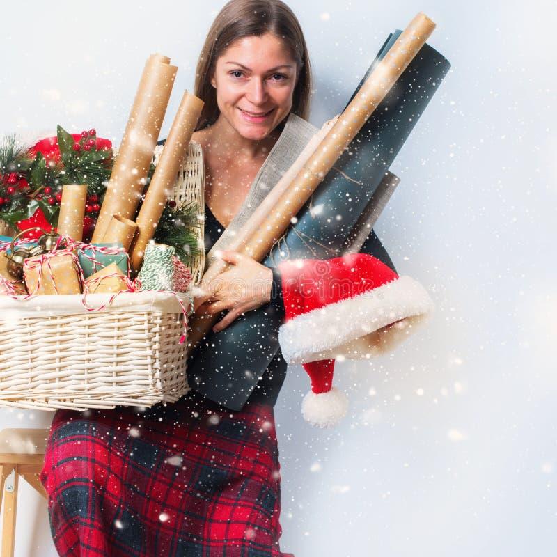 Papel del vintage de las cajas de regalos de la Navidad del embalaje de la mujer imagen de archivo