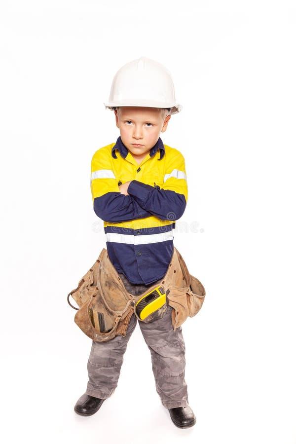 Papel doblado brazos cauc?sicos rubios jovenes del muchacho que juega como trabajador de construcci?n enojado en hola-viz una cam imágenes de archivo libres de regalías