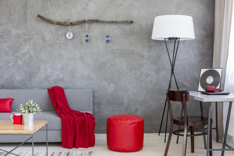 Papel dominante de cinzento e de vermelho na decoração interior à moda imagens de stock royalty free