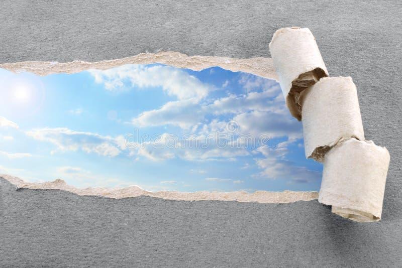Papel e céu rasgados imagens de stock royalty free