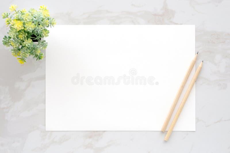 Papel e lápis brancos vazios de nota no fundo de mármore branco, f foto de stock royalty free